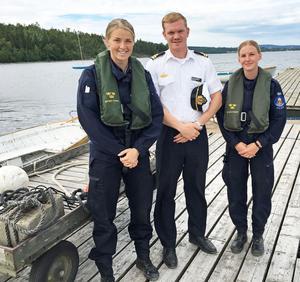 Instruktörerna Kajsa Nordlander och Lina Noreus flankerar skolchefen Karl Rongert.