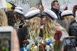 Anna Olofsson och Rebecka Eriksson, VO3 på Nolaskolan, i en rungande kompispuss.