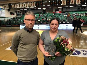 LT:s Tomas Karlsson delade ut priset till Emelie Pettersson.