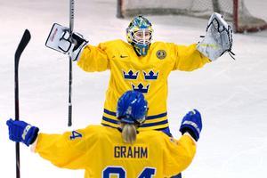 Sara Grahn jublar tillsammans med Erika Grahm. Två nyckelspelare för Sverige i OS. Photo: Carl Sandin / BILDBYRN.