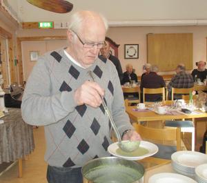 Olle Paulsson, en av dem som tillagat den goda broccolisoppan. Foto: Roland Norrman