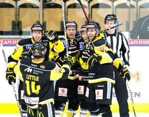 Peter Öberg (till vänster), Broc Little och William Karlsson (mitten) bildade  den fruktade LÖK-kedjan säsongen 2011/12. Tillsammans gjorde de 144 poäng. FOTO: Per G Norén/arkiv