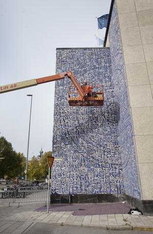 """Franske konstnären Vincent Abadie Hafez """"Zepha"""" mitt i arbetet av sitt kalligrafiska monumentalverk på Stadsbiblioteket."""