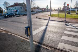 I dag är stopplinjen målad vid övergångsstället. Det gör att bilar  blir stående i korsningen och blockerar Rallstavägen och Tunalundsvägen.