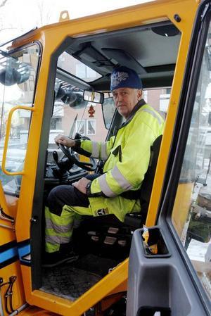 Bertil Jönsson har sedan tidigt på juldagsmorgonen jobbat med att halkbekämpa gång- och cykelvägar samt trottoarer i centrala Östersund.