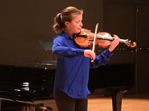 Siiri Alanko, violin, är en av årets stipendiater. Hennes inledande solouppvisning var en av kvällens absoluta höjdpunkter.