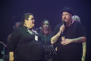 Jennifer som sjöng Bara få va mig själv, här tillsammans med förra årets vinnare Magnus Backius, som var konferencier.