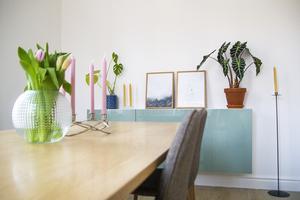 Matrummet är det modernaste rummet i huset, med vita väggar och pastelldetaljer.