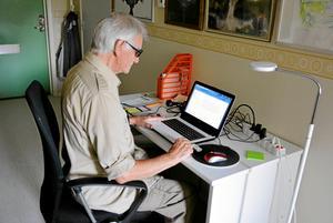 85-årige Harry Persson vänder sig starkt emot övermedicineringen av äldre.  Det fick honom att skriva ett brev till socialdepartementet.