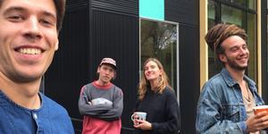 Kolonien utanför konsertlokalen i Takoma park, Maryland.  Arvid Rask, Erik Rask, Anna Möller och Mischa Grind.                                                                         Foto: Privat