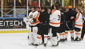 Spelarna ropades ut på isen igen efter att ha varit en sväng in i omklädningsrummet.