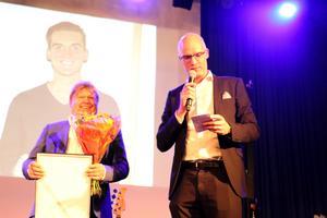 Björn Karlsson, till höger, passade på tillfället att kort presentera Loxy Swedens produkter när han tog emot priset Årets bubblare vid näringslivsdagen.