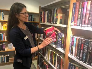 Bibliotekschefen, Elisabeth Oliw, hoppas på fler kunder efter ombyggnationen.