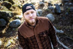 Markus Sahlin arbetar till vardags på Hansåkerskolan i Stugun och har precis lanserat sin första roman.