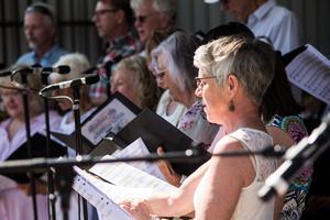 Körsång. De två körerna Engelbrektskören och Friska Lunger sjöng tillsammans.