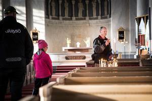 Rolf Göran Franzén tände ett ljus när han kom in i kyrkan.