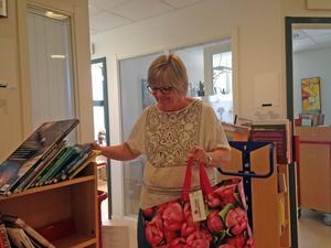 Birgitta Matsson plockar ihop dagens leverans på biblioteket. FOTO:Arvid Nordin