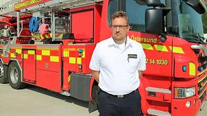 Niclas von Essen är stabschef och räddningschef i beredskap på räddningstjänsten. Enligt honom är släckningsarbetet dagtid avgörande för att bränderna inte ska sprida sig ännu mer.