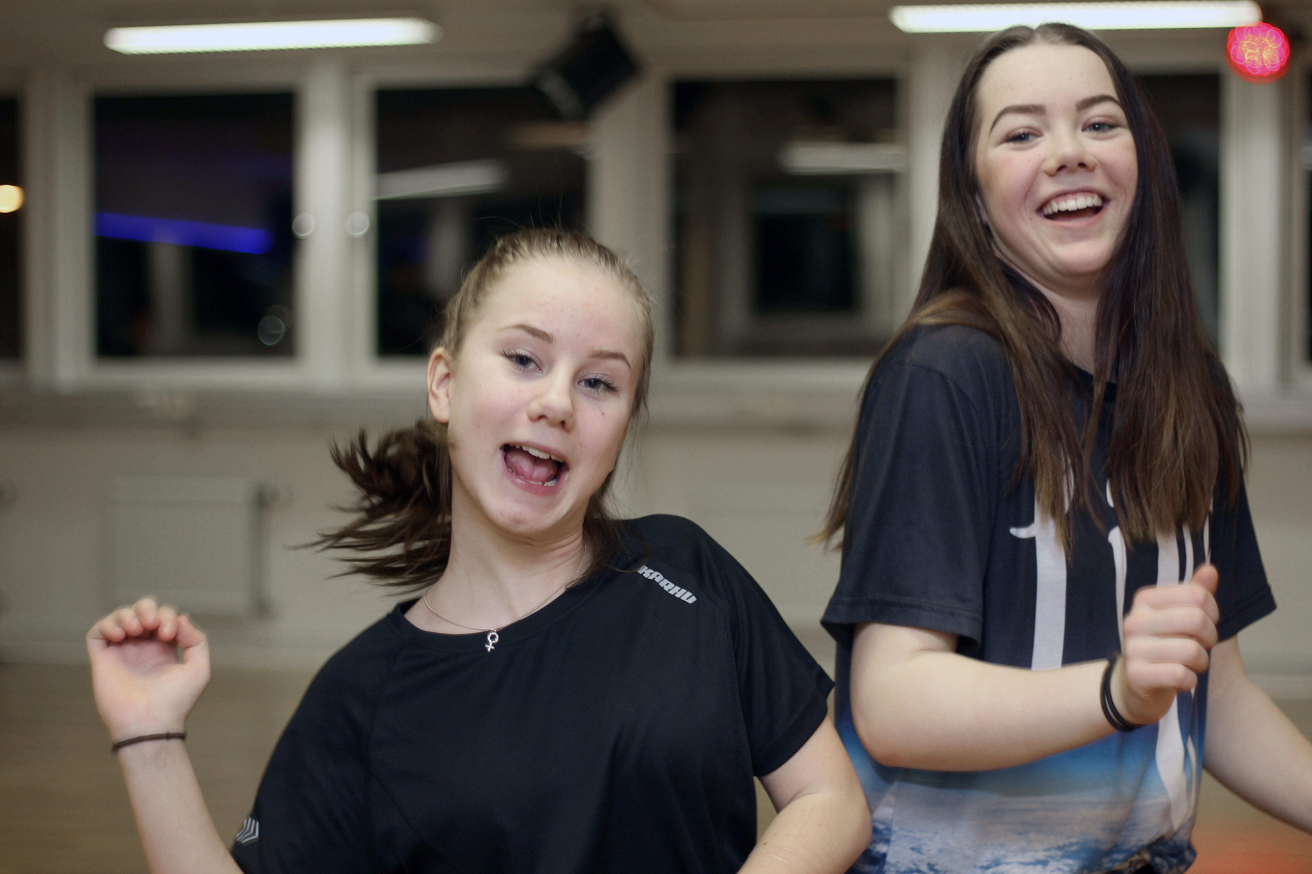 Emilia Lamell och Eden Rickardsdotter ser att självförtroendet växer av att få dansa i Talang-programmet.