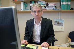 Lars Rönnegård är professor och dekan, ordförande för utbildnings- och forskningsnämnden vid Högskolan Dalarna. Han sågar nu Socialstyrelsens beräkningar kring åldersbedömningar.