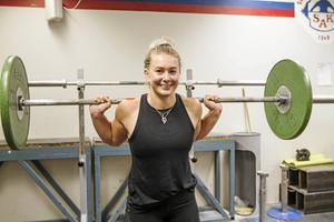 Olivia Särnbratt tävlade i styrkelyft på SM. Hon tog ett silver med 450 kilo totalt.