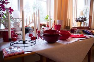 Förutom att ha en loppis med kläder och dekorationer, finns det även julsaker att köpa.