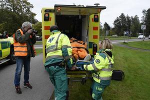 Skadad tas om hand av ambulanspersonalen för färd till akuten , som i sin tur övade vidare.