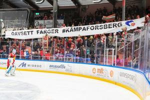 Moras klack med ett tifo för att hylla Tobias Forsberg. Bild: Daniel Eriksson/Bildbyrån.