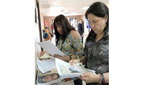 Jeanette Velasquez och Ana Maria Olivares Rivas är frivilligarbetare på organisationen som hjälper olagligt adopterade barn.