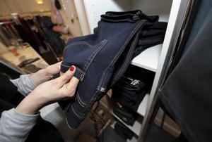 Tillverkning och försäljning av kläder ökar ständigt, och shopping av kläder är populärt, vare sig det behövs eller inte, skriver Brita Skedung i sin insändare. Foto: Fredrik Sandberg / TT