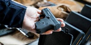 Totalt hittades 52 vapen i Sverige, varav tio beslagtogs i polisregion Mitt. (Bilden är från ett vapenbeslag som tullen gjorde 2017.)