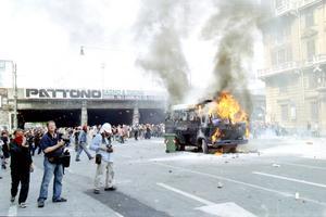 En polisbil har satts i brand under antiglobaliseringsdemonstrationerna i Genua 2001. Foto: Ares Ferrari