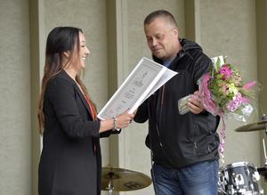 Fanny Nilsson  får sitt gesällbrev som frisör, av  Lars Dahlberg, ordförande i Företagarna i Älvdalen.