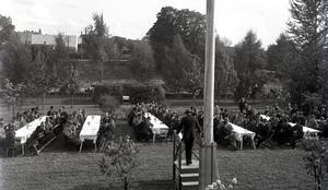 Nya sjukhusparken. Bakom bilen ligeghr Klosspussen. Vänster om flaggstången skymtar Bryggargårdens tak och ytterligare till vänster det nyare kyrktornet från 1923. Foto: Alfred Michelsen, Lindesbergs kommuns kulturhistoriska arkiv.