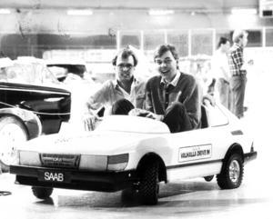 Några veckor efter veteranbilsutställningen 1985 var det dags för den årliga Bil- och mc-mässan i Östersund. Arrangörerna Christer Ekman och Agne Ottosson gled runt i mässhallen i en mini-Saab.