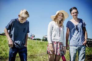Samuel Dofs Danielsson, Julia Dofs Danielsson och Mattias Olofsson tittar gärna på när löparna kämpar längs banan.