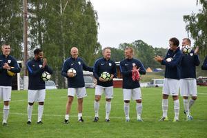 Anders Limpar fick applåder av både lagkamrater och publiken.