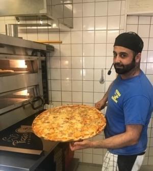 Pizzeria Tre Kronors ägare Maho Shabo oroar sig för hur det ska gå för restaurangen i framtiden. Foto: Marvin Shabo