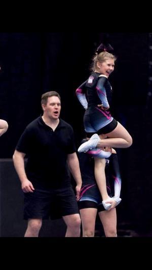 Cheerleading är ett av Tess stora intressen.