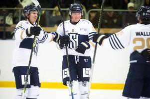 Emil Berglund och Emil Wengelin är glada efter Oliver Wallins mål.