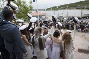Mössorna åkte i luften när studenterna på Höga kusten Teoretiska Gymnasium firade sin examen på Arkentrappan i inre hamnen.