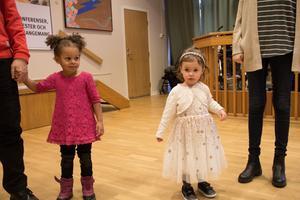 Finklädda barn bidrog till feststämningen.