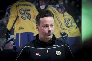 Som förbundskapten tog Bollnäs tränare Svenne Olsson med Patrik Nilsson i bruttotruppen till årets VM-turnering, men gallrade bort den nytände forwarden till slut. Och nu är även klubbporten stängd.
