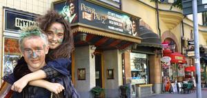 Alvin och Bella Edberg utanför Intima teatern, där de har var sin roll i nya musikalen Peter Pan 2.