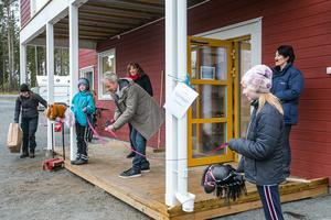 De tioåriga Frösötjejerna Saga Sjölund till vänster och Anna-Maria Lindgren höll i invigningbandet som nämndordföranden  Per Lundgren (C) klippte. Bakom honom den vice nämndordföranden Maria Nerpin (S). På kanten ridskolechefen Agneta Paulsson. Med pappkasse med blommor Liselott Halvarsson som är utredare på kultur- och fritidsförvaltningen.