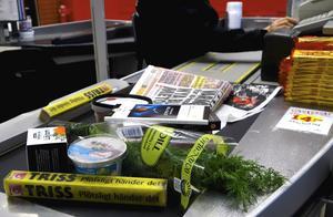 """Inför en """"långsam-kassa"""" i mataffärer där den som tar tid på sig att stapla varor och betala ges den tid som hon, han eller hen behöver, skriver Ulrika Guldstrand, Berit Robrandt och Lena Ringstedt. Foto: Hasse Holmberg, TT."""