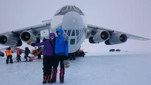 De brittiska klätterkamraterna Peter Sunnucks och Elizabeth Wood framför ryska planet Iljusjin Il-76 Foto: Joel Johansson