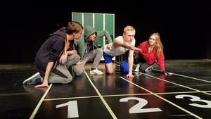 Emil Flygare spelar den utmobbade Löparen som här tvingas ned på golvet av de andra eleverna Lukas Karlberg, Denis Dalipi  och Ronja Nilsson.