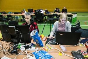 Ellen Brus och Lydia Dyrelöv från Falun klarade nästan att spela hela natten.