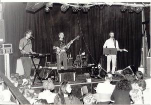 1989. Kjell Höglund (längst till höger) med band spelar i Musikhuset i Örnsköldsvik.